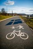 Cykellane med cykeln och gångaren Arkivbilder
