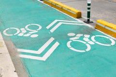 Cykellane med det vita cykeltecknet Arkivfoton