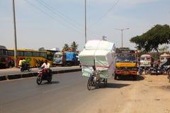 cykelleverans overloaded india Arkivbild