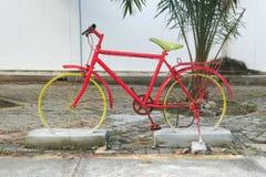 Cykelmodell sinked i betongen Arkivbilder