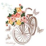 Cykeln med korgen fullständigt av steg blommor Royaltyfria Bilder