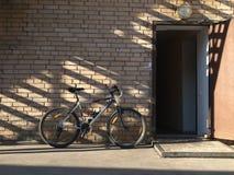 Cykeln mot väggen Royaltyfria Foton