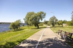 Cykeln på banken av Daugavafloden på staden parkerar latvia riga Arkivfoton