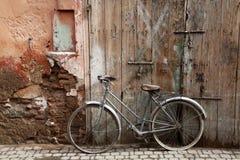 Cykeln på gatan arkivbild