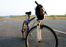Cykeln parkerar i landsväg arkivbild