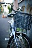 Cykeln parkerar på gatan Royaltyfria Foton