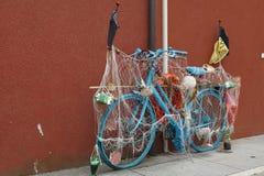 Cykeln är i mitten av Caorle, Italien Arkivfoton