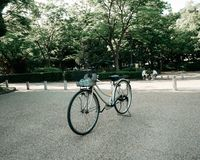 Cykeln runt om osaka caslte royaltyfri bild