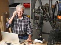 Cykeln shoppar ägaren på arbete Royaltyfria Bilder