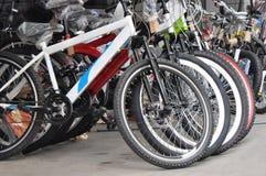cykeln shoppar arkivfoton