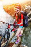 Cykeln som är tonårig med damer, cyklar i sommar parkerar Kvinnors vägcykel för att köra arkivbilder