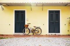 Cykeln som parkeras nära huset Arkivfoto