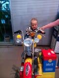 Cykeln sonen, familjen, Vitryssland, shoppar Arkivbild