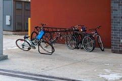 Cykeln stannar från metall av svart färg bredvid universitetet av Manitoba byggnad arkivfoto