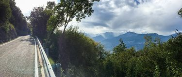 Cykeln turnerar över Italien Arco Royaltyfri Bild