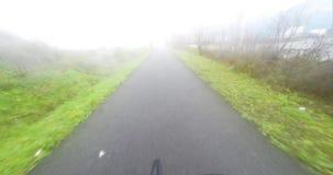 Cykeln turnerar i dimman stock video