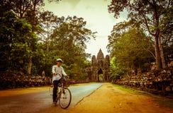 Cykeln turnerar på Angkor Fotografering för Bildbyråer