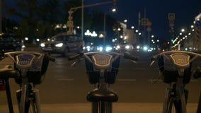 Cykelparkering bredvid en upptagen väg Tid schackningsperiod lager videofilmer