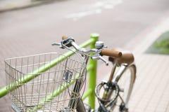 Cykelparkering bredvid en väg Royaltyfri Fotografi