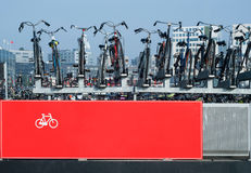 Cykelparkering i Amsterdam Arkivfoto