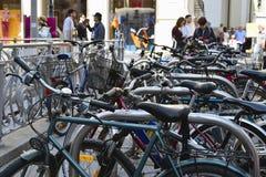 Cykelparkering i den historiska mitten av staden Cyklar på gatan av Wien Aktiv stads- livsstil royaltyfria bilder