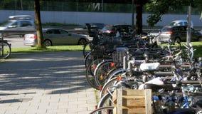 Cykelparkering i gatan av Munich arkivfilmer