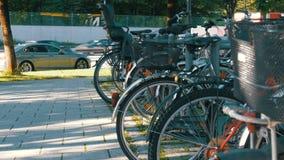 Cykelparkering i gatan av Munich lager videofilmer