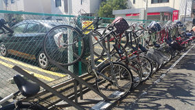 Cykelparkering i Tokyo 127 miljon personer i Japan har 72 miljon cyklar Arkivfoto