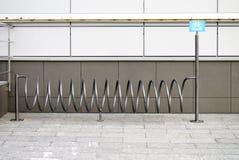 Cykelparkering med tecknet Fotografering för Bildbyråer