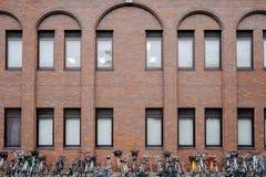 Cykelparkering och byggnad royaltyfri fotografi