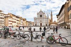 Cykelparkering och folk på piazza Santa Croce royaltyfri bild