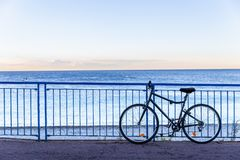 Cykelparkering på staketet bredvid medelhavet på Nice, franc arkivbilder