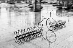 Cykelparkering står i regnigt väder Royaltyfria Bilder