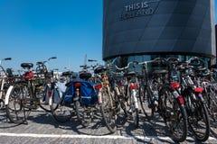 Cykelparkeringsplatsen framme av 'detta är den Holland 'byggnaden royaltyfria bilder