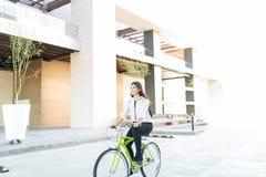 Cykelpendlingen erbjuder ekonomiska fördelar royaltyfria foton