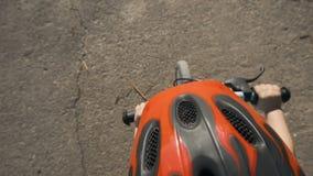 cykelpojke little ridning stock video