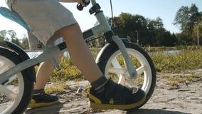 cykelpojke little ridning arkivfilmer