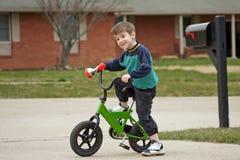 cykelpojkeridning Arkivfoto