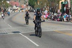 Cykelpolis under den 117. guld- Dragon Parade, Royaltyfri Fotografi