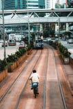 Cykelridning i området för dubbeldäckarespårvagnar i Hong Kong royaltyfria foton