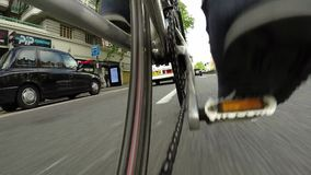Cykelritt för låg vinkel i staden - punkt av sikten lager videofilmer
