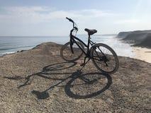 Cykelritt vid klipporna royaltyfri bild