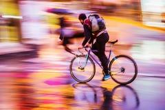 Cykelryttare på natttrafik Arkivfoto