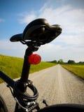 Cykelsadel Väg i bakgrund Royaltyfria Foton