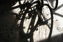 Cykelskugga på konkret golv Arkivfoto