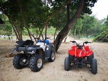 Cykelsport och aktiviteter f?r ATV-sportrekreation p? den sandiga stranden arkivfoton