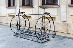 Cykelställning i Penny Farthing Design, Bratislava Fotografering för Bildbyråer