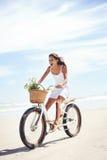 Cykelstrandbabe arkivfoto
