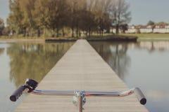 Cykelstyren på en sjöpir Royaltyfria Bilder