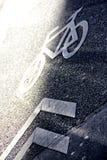 Cykelsymbol i vägen Arkivbild